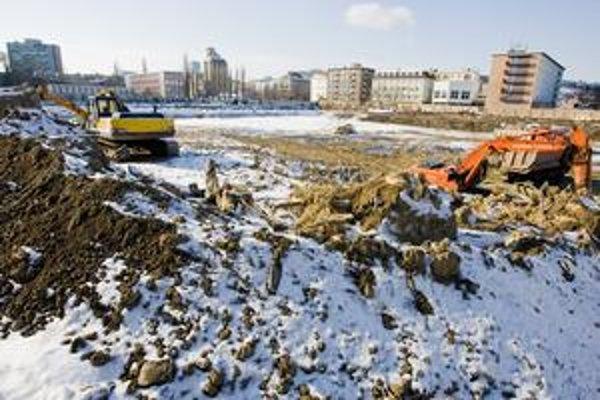 Obrovská parcela, ktorá vznikla po zbúraní kúpeľov Centrál, sa upravuje pred stavbou.
