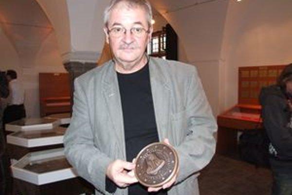 Pavel Károly, autor motívu pamätnej dvojeurovky k 17. novembru.