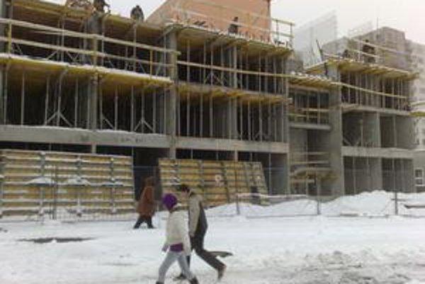 Stavba domu s nájomnými bytmi zabrala chodník, obchádzky zasiahli dom dôchodcov.