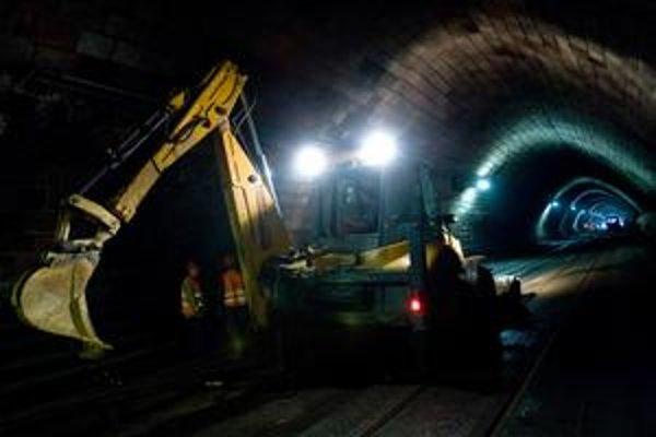 Tunel pod Hradom pre opravy zatvorili v máji minulého roku. Rekonštrukcia mesto vyjde na 8,3  milióna eur. Obnovená  bude aj úniková chodba na Palisády, pribudne tiež bezpečnostný kamerový systém.