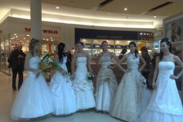 Modelky v svadobných šatách boli pre nakupujúcich atrakciou.