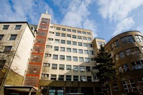 Budova bývalej nemocnice na Bezručovej ulici chátra. Nový majiteľ tu chce mať byty a kancelárie, ale na to bola potrebná zmena územného plánu.