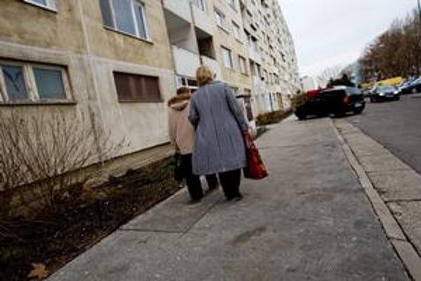 Pozemky pod niektorými panelákmi aj základnou a materskou školou na Turnianskej ulici nevlastní mesto. Súkromník začal obyvateľom pozemky predávať.