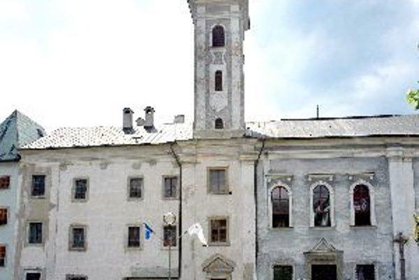 Kostol a kláštor svätého kláštora patria k najkrajším stavbám kremnického námestia