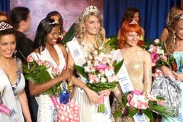 Zuzka (vpravo) získala v silnej konkurencii titul Miss sympatia deaf world.
