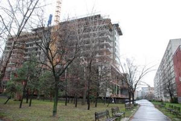 Priľahlý park komplexu Retro je dnes zanedbaný. Obnoviť by ho mal súkromník.