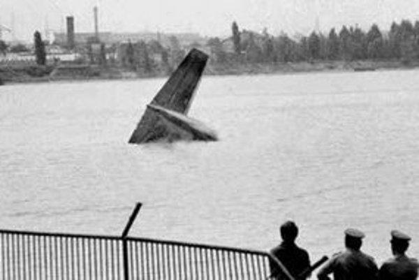 Lietadlo Il-18 padlo 28. júla 1976 o 9.37 do jazera Zlaté piesky. Postupne mu vypovedali všetky štyri motory. Zahynulo všetkých 70 cestujúcich a z jedenástich členov posádky nažive zostali piati – štyria Pražania a Francúz. Trosky lietadla sa potopili