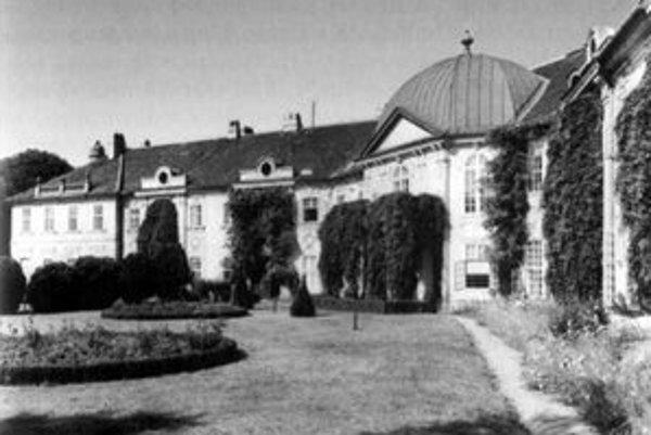 Aspremontov palác, v ktorom bol po komunistickom puči v roku 1948 dekanát lekárskej fakulty. Preto Šifbek premenovali na Medickú záhradu.
