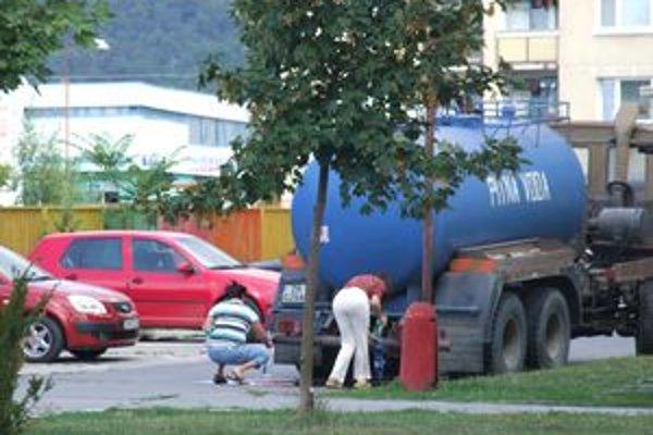 Obyvateľov sídliska zásobovala vodou cisterna.