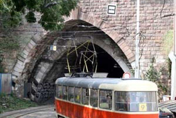 Dlhodobejšie odkladanie rekonštrukcie tunela by sa podľa zástupcov dopravného podniku mohlo skončiť jeho uzavretím. Celková obnova tunela pod Hradom však zatiaľ nepatrí k prioritám mesta.