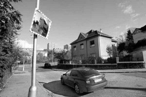 Vodiči sa sťažujú na nesprávne nastavenie zrkadla na križovatke Hroboňova – Krčméryho.
