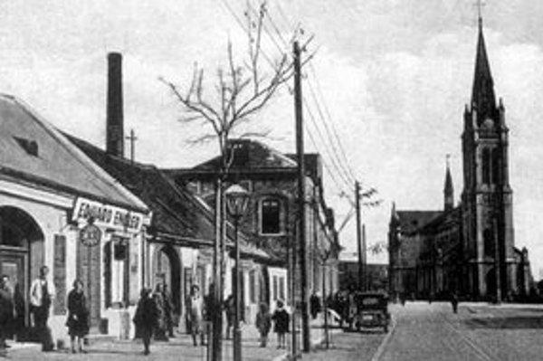 Pohľad na Floriánske (vtedy Pribinovo) námestie pred rokom 1938. Pred kostolom ešte nestojí súsošie sv. Floriána, ktoré tam preniesli z dolnej časti terajšieho Námestia SNP.
