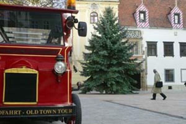 Tridsaťročný smrek s výškou 16 metrov darovala mestu rodina z Matúšovej ulice.