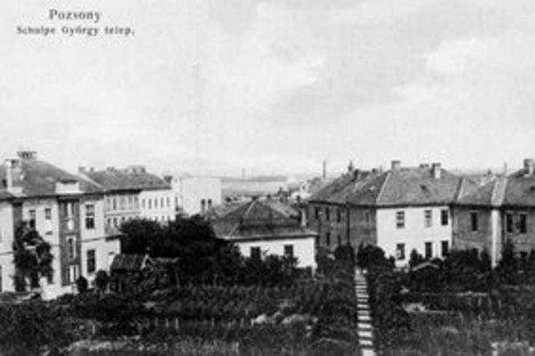 Tam, kde teraz dominuje YMCA, dal roku 1894 postaviť dobrodinec Juraj von Schulpe robotnícku kolóniu. Robotníci mali k dispozícii 35 bytov aj s pivnicou, povalou a záhradkou.