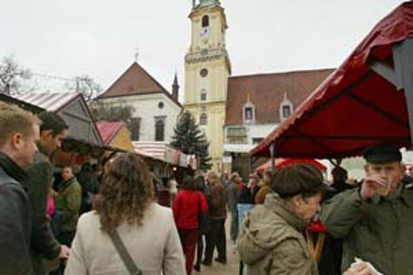 Na vianočných trhoch bol v piatok nával. Niektorým stánkarom sa večer minulo varené víno.