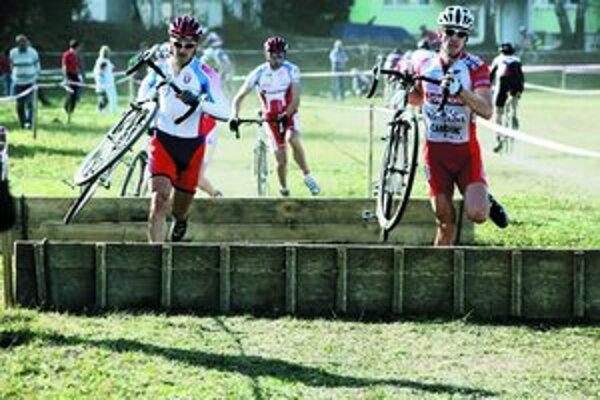 ¶Cyklokros sa do hlavného mesta vráti po dvadsiatich rokoch. V nedeľu budú na Železnej studienke preteky Slovenského pohára. Na snímke zľava Milan Barényi, Michal Škvarka a Maroš Kováč.