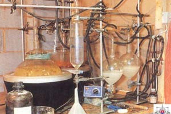 Pri protidrogovej akcii policajti našli laboratórium na výrobu omamných látok.