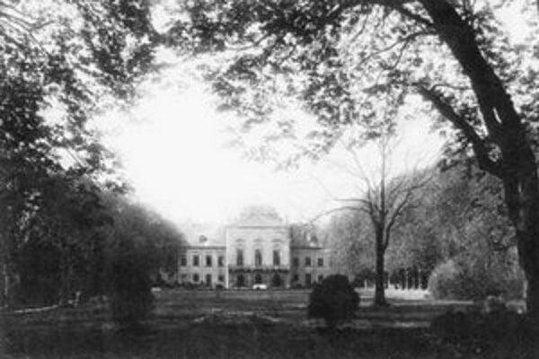 Uprostred záhrady Prezidentského paláca mal za slovenského štátu (1939 – 1945) vchod do protileteckého betónového krytu prezident Tiso.