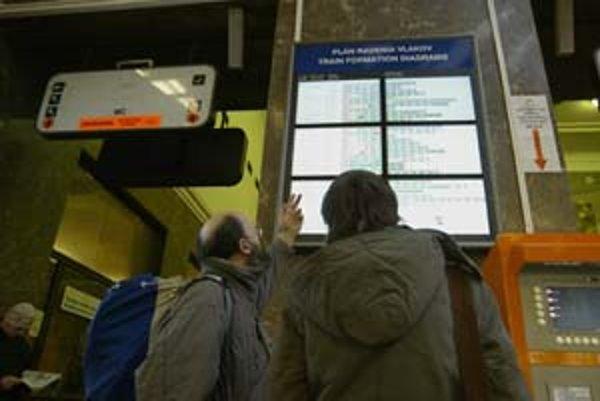 Malé čísla vagónov na tabuliach o radení vlakov na hlavnej stanici sa takmer nedajú prečítať.