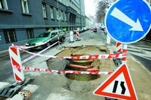 Nepríjemná je rozkopávka na Lazaretskej ulici – vodiči ju musia obchádzať na úzkej vozovke, na ktorej parkujú autá a často po nej prebiehajú chodci.