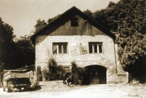 Starý záber ponúka pohľad na chátrajúcu budovu voľakedy chýrneho hostinca Slovák. Od mesta bol vzdialený štyri kilometre, preto bol obľúbeným výletným miestom. Po roku 1900 ho zbúrali v súvislosti s výstavbou nadjazdu na autostrádu.