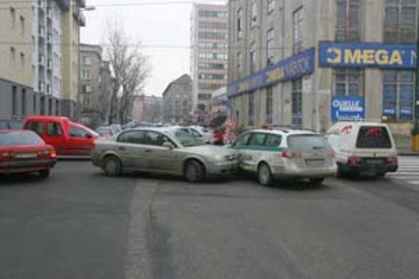 Nehoda na komplikovanej križovatke na Nivách spôsobila včera dopravný chaos.