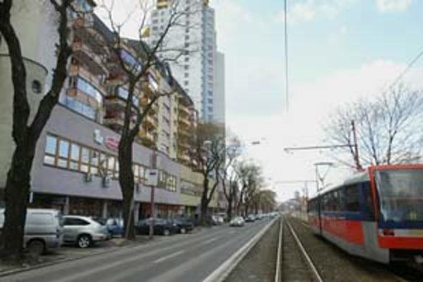 Záhradnícka ulica je jedným z príkladov, keď mesto musí rozširovať cestu v okolí novostavieb. Už teraz tu v rannej a poobedňajšej špičke dva pruhy nestačia, zhoršenie sa očakáva po dokončení novej výstavby na Trnavskej.