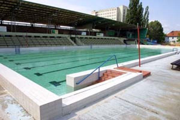Fungovanie bazéna na Matadorke, ktorý patrí miestnemu športovému klubu Iskra, podporila finančne aj mestská časť v rozpočte na tento rok.