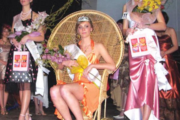 Tri najkrajšie finalistky. Vľavo prvá vicemiss Barbora Kmeťová,  v strede víťazka Gabriela Fridrichová vpravo druhá vicemiss Martina Hudecová.