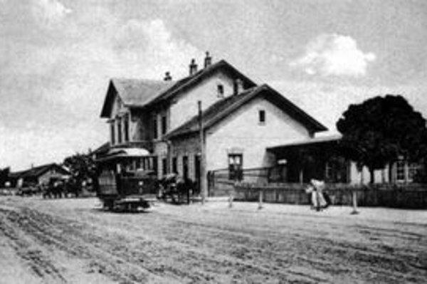 Malá stanica bola veľmi blízko Dunajskej ulice. Pod stromami bola útulná staničná reštaurácia.