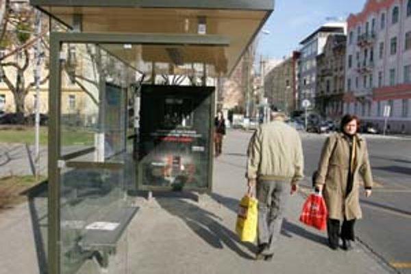 Ešte dovčera mohli cestujúci, ktorí čakali na Šafárikovom námestí, dookola počúvať pesničku When I'm gone.
