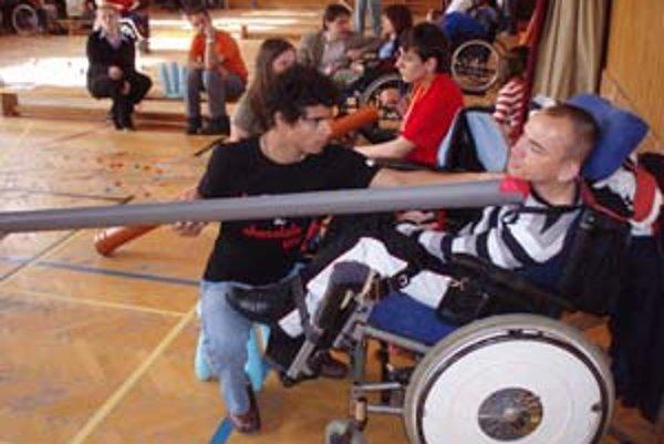 Boccia je šport, ktorý s podporou osobného asistenta môžu hrať aj ľudia s veľmi ťažkým postihnutím. Výnimkou nie je ani hráč na vozíku, ktorý nemôže hýbať rukami.