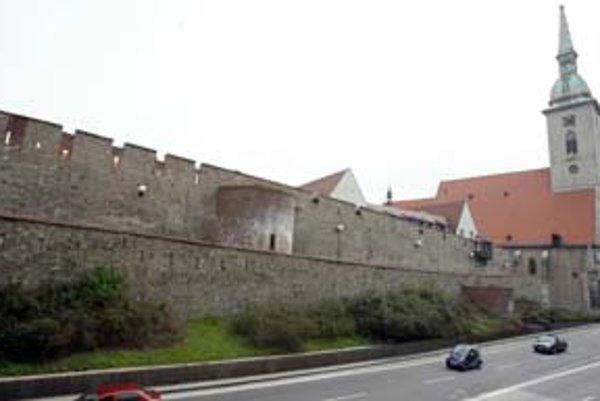Statik hovorí, že zatiaľ nehrozí, že by sa veľké časti hradieb zrútili. Menšie kusy muriva však môžu odpadávať a ohroziť ľudí.