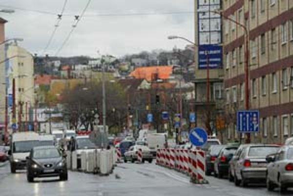 Vodičov včera ráno prekvapila rozsiahla zmena v organizácii dopravy na Šancovej ulici. Situácia sa má vrátiť do normálu na budúci týždeň.