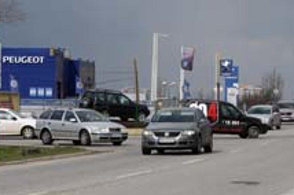 Neprehľadná križovatka pri strete ciest na Devínsku Novú Ves a Záhorskú Bystricu.