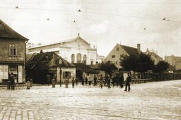 Mestská tržnica, ktorú prednedávnom zreštaurovali. Roky v nej sídlila Slovenská televízia. Za prvej republiky tu mali mäsiarske boxy viacerí Satinskí.