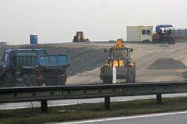 Za Zelenčom pri obci Voderady stavia Národná diaľničná spoločnosť mimoúrovňovú križovatku.