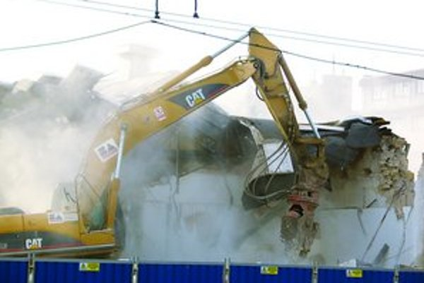 Búranie v areáli Kabla medzi novembrom 2007 a januárom tohto roku sa snažili zastaviť poslanci a aktivisti. Niektoré objekty boli navrhnuté na vyhlásenie za pamiatky. Investor HB Reavis sa odvolával na narušenú statiku budov, vtedy sa dá búrať bez povolen