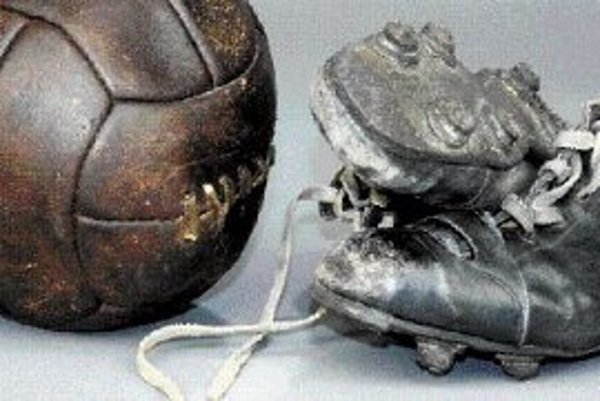 Futbalová lopta a kopačky s priklincovanými štupľami z 30. rokov.