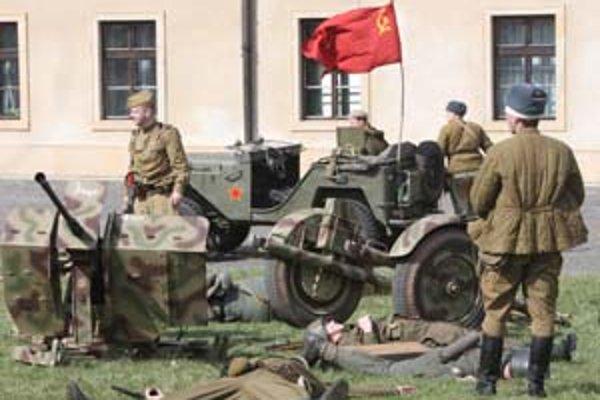 Rekonštrukciu bojov o Bratislavu predviedol na Hrade klub vojenskej histórie. Zbrane a vozidlá zapožičali zberatelia. Predstavenie fotografovali diváci, ale dokumentaristi tvorili aj súčasť armádnej zložky.