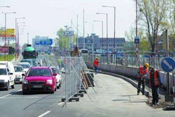 Uzávera na Landererovej medzi Olejkárskou a Čulenovou súvisí, tak ako ďalšie v okolí, s výstavbou Eurovey. Úpravy stredového deliaceho pásu sa majú skončiť 27. apríla.
