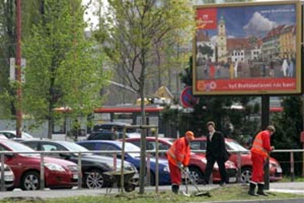 Magistrát tvrdí, že na nových reklamných paneloch si nerobí žiadnu kampaň. Spoločnosť JC Decaux, ktorej patria, mesto požiadala, aby neobsadený priestor využilo na svoju imidžovú prezentáciu.