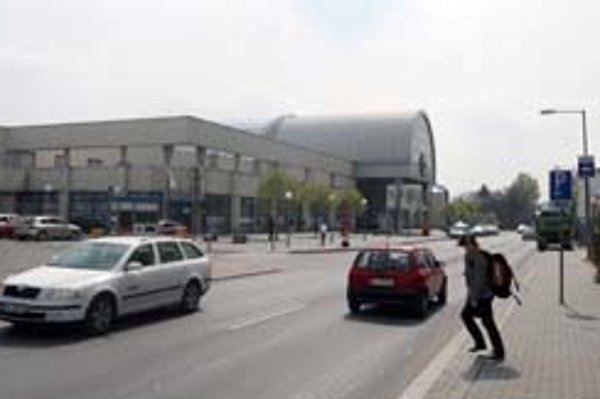 Prvý dotyk cudzincov s Bratislavou – prázdne priestranstvo, rozostavaná budova Vienna gate, pivný bufet, dve autobusové linky.