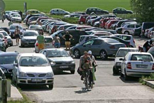 Kapacita parkoviska pri hrádzi počas víkendov nestačí. Vodiči parkujú aj na ceste pre cyklistov.