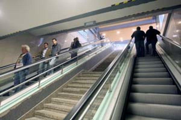 Nové eskalátory v podchode škrípu.