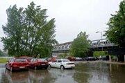 Keď naprší, na parkovisku pri Starom moste sa z petržalskej strany tvorí obrovská kaluž.