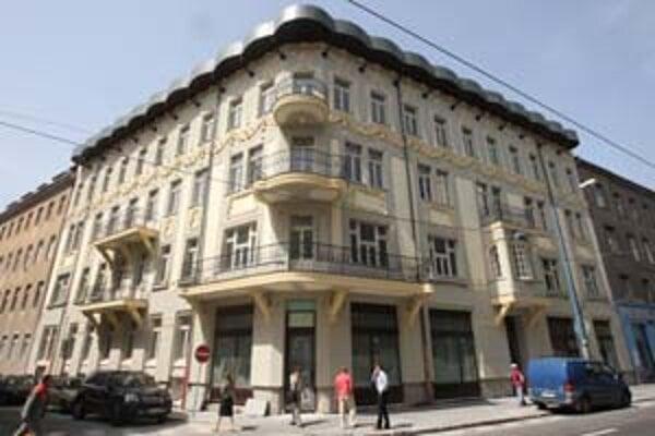 Dom na Štúrovej postavili v roku 1903, projektovali ho budapeštianski architekti Marcell Komor a Dezso Jakab, ktorí navrhli aj Redutu.