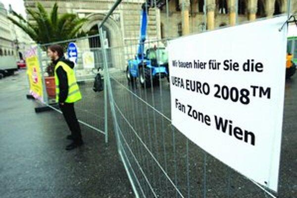 Fanúšikovská zóna v centre Viedne je tesne pred otvorením. Dostať sa sem bude dať len pešo alebo metrom. Do Viedne má prísť vyše 1,6 milióna zahraničných fanúšikov. Majstrovstvá budú najväčším podujatím, aké kedy mesto zažilo.