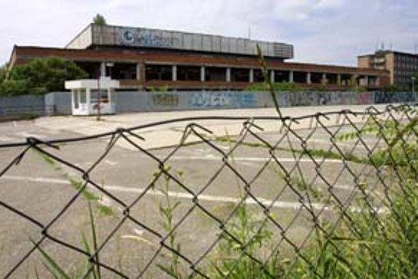 Budova kúpeľov Centál – po zastavení činnosti zdevastovaná a rozkradnutá, zostal len chátrajúci skelet.