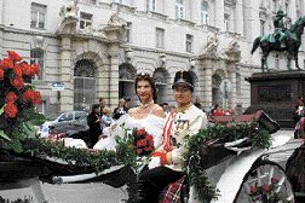 Na predošlej Regenbogenparade prechádzal mestom aj takýto cisársky pár.